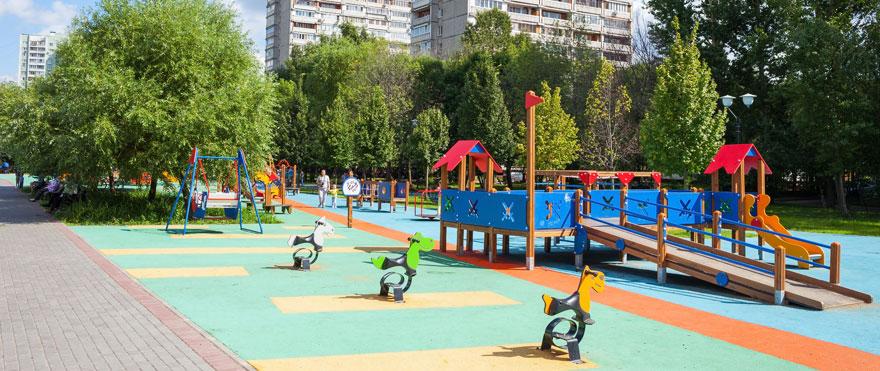 terrain de jeux public dans un centre ville